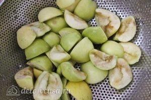 Компот из абрикосов и яблок на зиму: Режем яблоки
