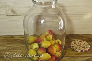 Компот из абрикосов и яблок на зиму: Кладем абрикосы в банку