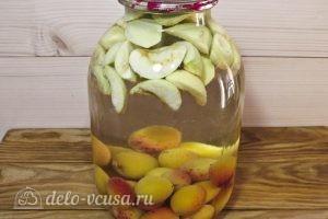 Компот из абрикосов и яблок на зиму: Заливаем воду в банку