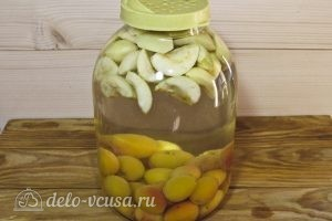 Компот из абрикосов и яблок на зиму: Сливаем воду
