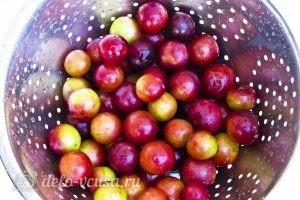 Компот из алычи и яблок на зиму: Промыть алычу