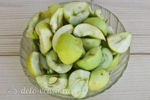 Компот из алычи и яблок на зиму: Нарезать яблоки