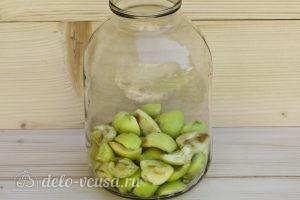 Компот из алычи и яблок на зиму: Кладем яблоки в банку