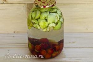 Компот из алычи и яблок на зиму: Заливаем воду в банку