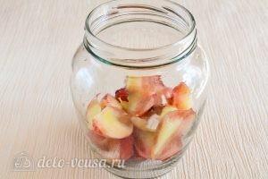Компот из персиков на зиму: Сложить персики в банки