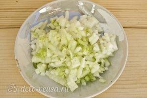 Куриная печень с зеленым горошком: Нарезаем лук