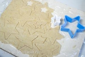 Линцерское печенье: Охлажденное тесто достать из холодильника и вырезать печенье