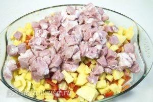 Мясо с овощами в духовке: Сложить овощи и мясо в форму