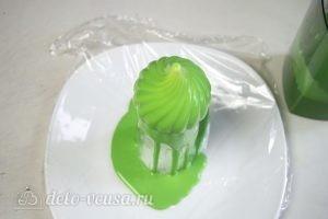 Муссовое пирожное: Замороженные пирожные полить зеркальной глазурью или декорировать по своему вкусу
