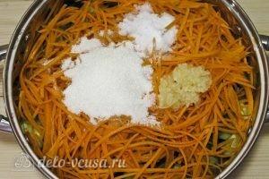 Огурцы по-корейски на зиму: Добавляем сахар, соль, чеснок