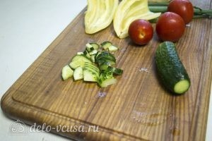 Овощной салат с курицей: Нарезать огурцы