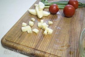 Овощной салат с курицей: Нарезать сыр