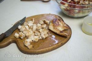 Овощной салат с курицей: Нарезать курицу