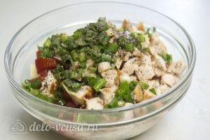 Овощной салат с курицей: Добавить соль, перец, масло