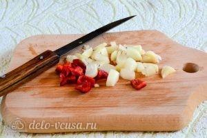 Помидоры черри на зиму: Нарезать перец, чеснок и лук