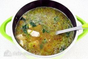Куриный суп с рисом и сыром: Добавить лук и курицу в бульон