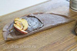 Шоколадные блинчики с шоколадной начинкой: Персики нарезать тонкими ломтиками и выложить на блинчик