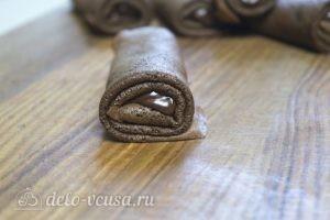 Шоколадные блинчики с шоколадной начинкой: Аккуратно завернуть блинчик