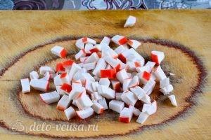Салат с крабовыми палочками, кукурузой и огурцом: Измельчить крабовые палочки