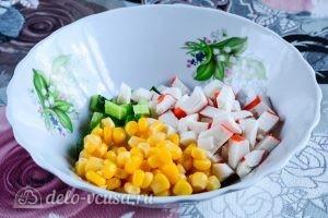 Салат с крабовыми палочками, кукурузой и огурцом: Добавить кукурузу