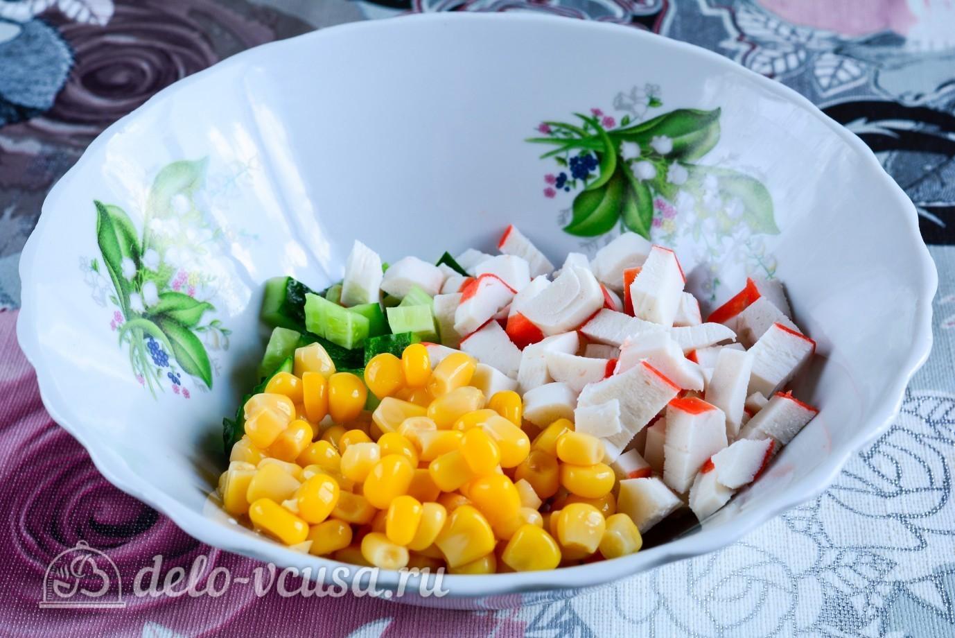 крабовый салат с огурцом и сырой морковью