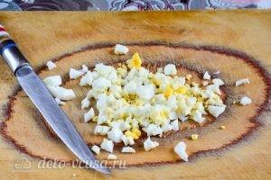 Салат с крабовыми палочками, кукурузой и огурцом: Измельчить яйца