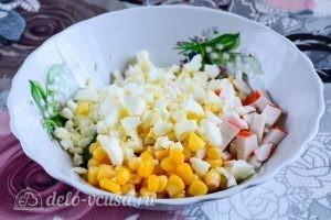 Салат с крабовыми палочками, кукурузой и огурцом: Добавить яйца в салат
