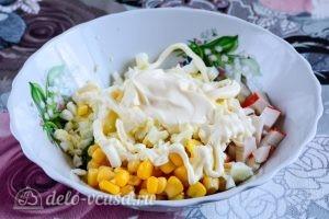 Салат с крабовыми палочками, кукурузой и огурцом: Добавить майонез