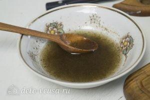 Овощной салат с тунцом: Сок лимона соединить с маслом и перцем