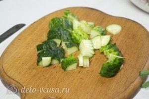 Овощной салат с тунцом: Нарезать огурцы