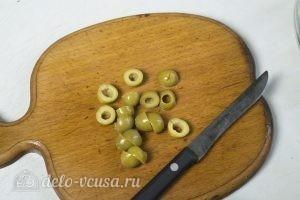 Овощной салат с тунцом: Нарезать оливки