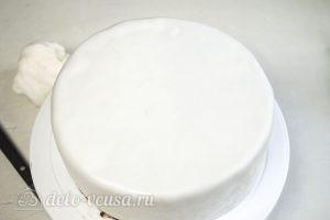 Сметанный торт Мишка: Обтянуть торт мастикой