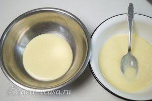 Сметанный торт Мишка: Разделить тесто на две части