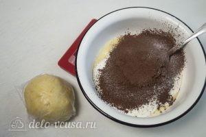 Сметанный торт Мишка: Добавить в тесто муку и сухие ингредиенты