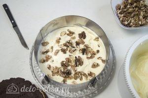 Сметанный торт Мишка: Каждый корж смазывать кремом и орехами