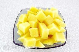 Суп из консервированной сайры с пшеном в мультиварке: Порезать картошку