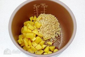Суп из консервированной сайры с пшеном в мультиварке: Добавить в чашу картошку и пшено