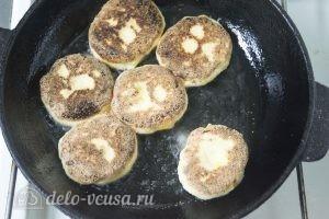 Сырники с абрикосами: Обжарить сырники