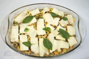 Тортеллини в духовке: Добавить томатный соус ис ыр