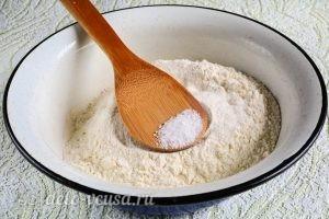 Вареники с клубникой: Добавить сахар и соль