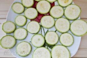 Закуска из жареных кабачков с помидором: Нарезаем кабачок
