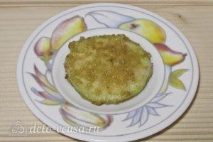 Закуска из жареных кабачков с помидором: Выкладываем кабачок на тарелку