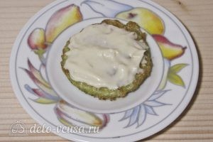 Закуска из жареных кабачков с помидором: Смазываем майонезом