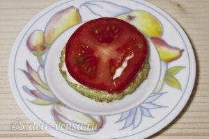Закуска из жареных кабачков с помидором: Выкладываем помидор