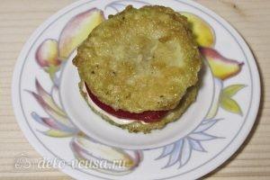 Закуска из жареных кабачков с помидором: Кладем второй кусочек кабачка