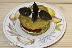 Закуска из жареных кабачков с помидором: Украшаем