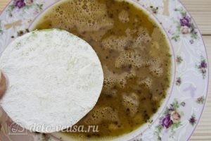 Закуска из жареных кабачков с помидором: Окунаем кабачок в яйцо