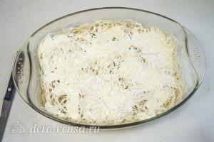 Запеканка из макарон с фаршем: На спагетти равномерно распределить половину сырного соуса