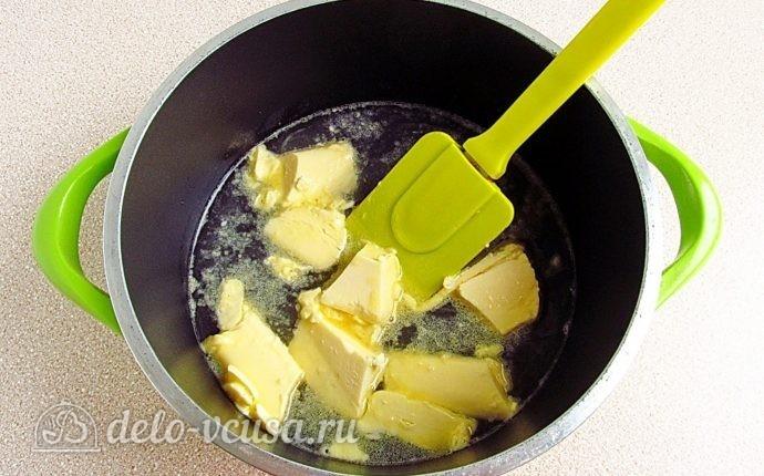 Эклеры со сливочно-сметанным кремом: Воду выливаем в кастрюлю, доводим до кипения и нарезаем в нее масло