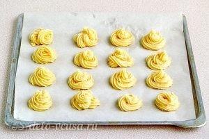 Эклеры со сливочно-сметанным кремом: Выкладываем тесто на противень